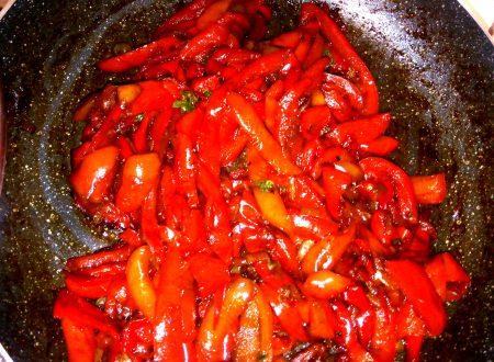Peperoni rossi in padella: una ricetta estiva da realizzare velocemente