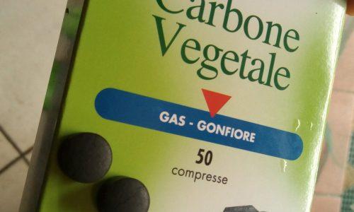 Carbone vegetale: benefici per il gonfiore addominale